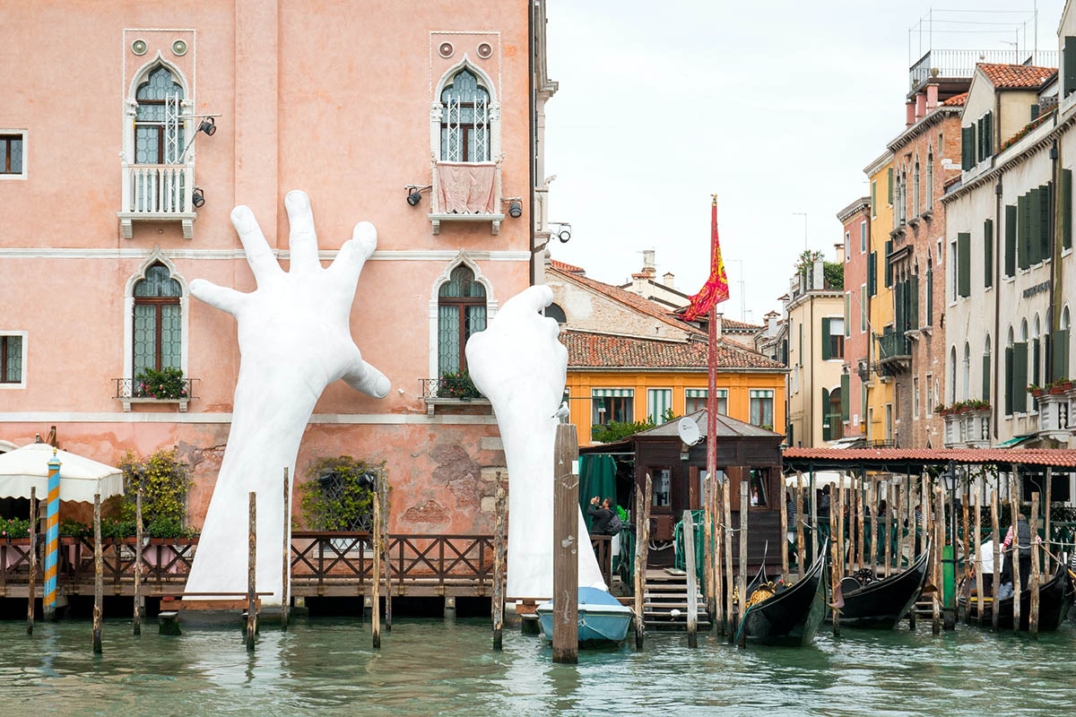Support by Lorenzo Quinn in Venice, Italy – © photo by Hans Muelders on Unsplash